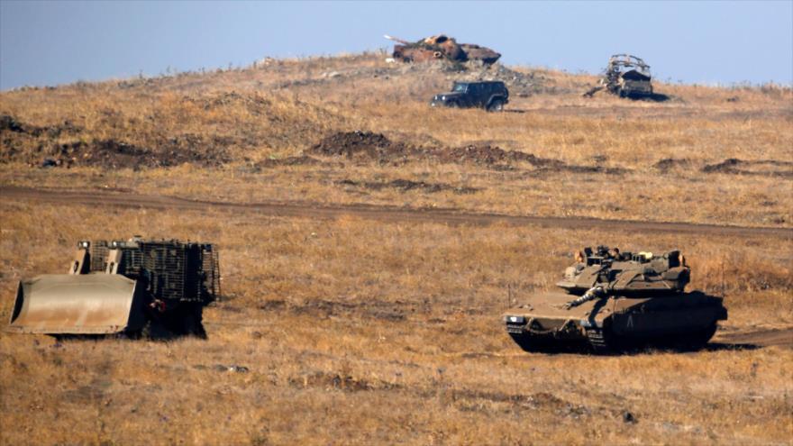 Tanque y vehículos militares israelíes en una maniobra militar en los ocupados altos de Golán, 24 de julio de 2018. (Foto: AFP)