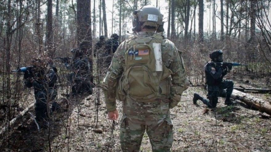 Un militar estadounidense entrena a las fuerzas de Honduras en una maniobra militar.