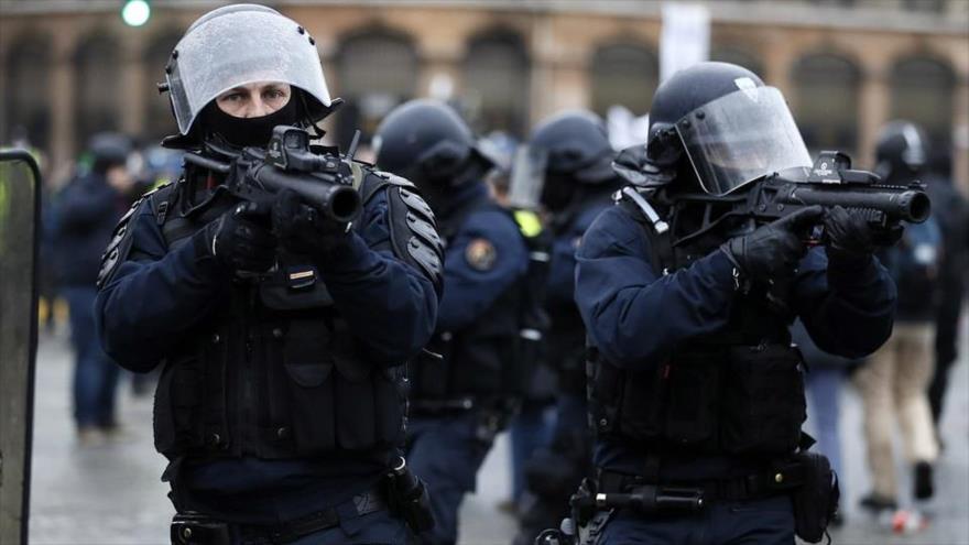 """Policías franceses disparan contra los manifestantes del movimiento de los """"chalecos amarillos"""" con lanzadores de balas de defensa (LDB, por sus siglas en francés)."""