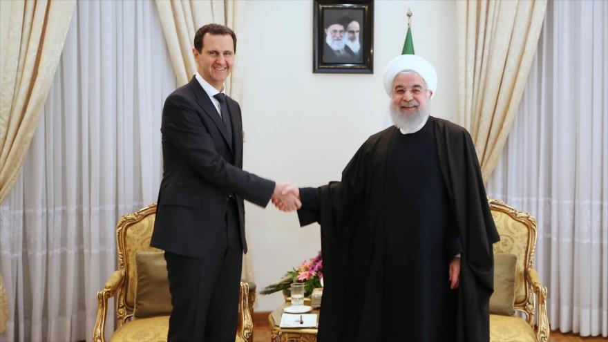 El presidente sirio, Bashar al-Asad (izq.), junto a su par iraní, Hasan Rohani, en Teherán (capital persa), 25 de febrero de 2019. (Foto: AFP)
