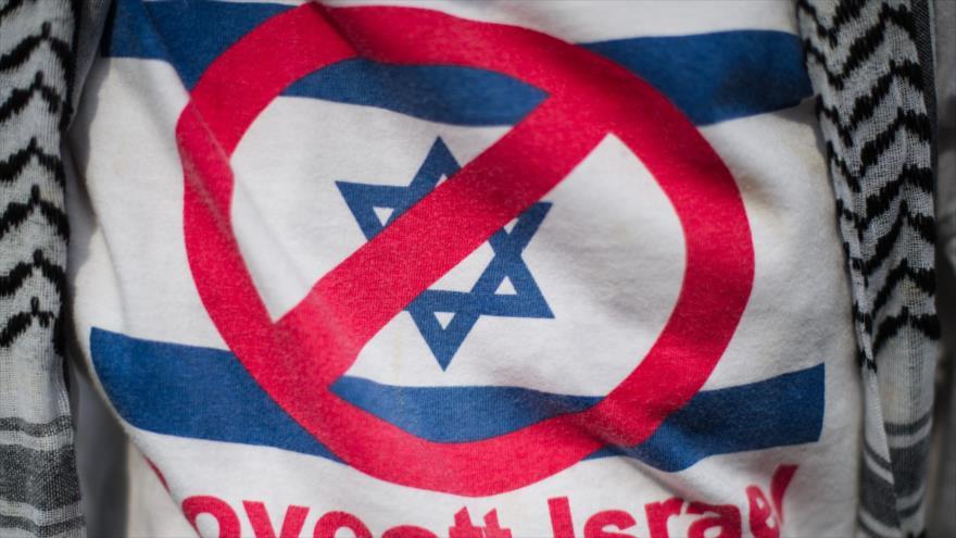 Un partidario de Palestina usa una camiseta durante protesta contra los crímenes de Israel en Malaysia.