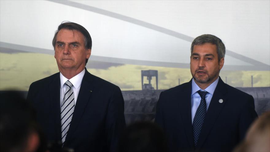 El presidente de Brasil, Jair Bolsonaro (izda), junto a su par paraguayo, Mario Abdo Benítez, en un acto en Paraguay, 26 de febrero de 2019. (Foto: AFP)