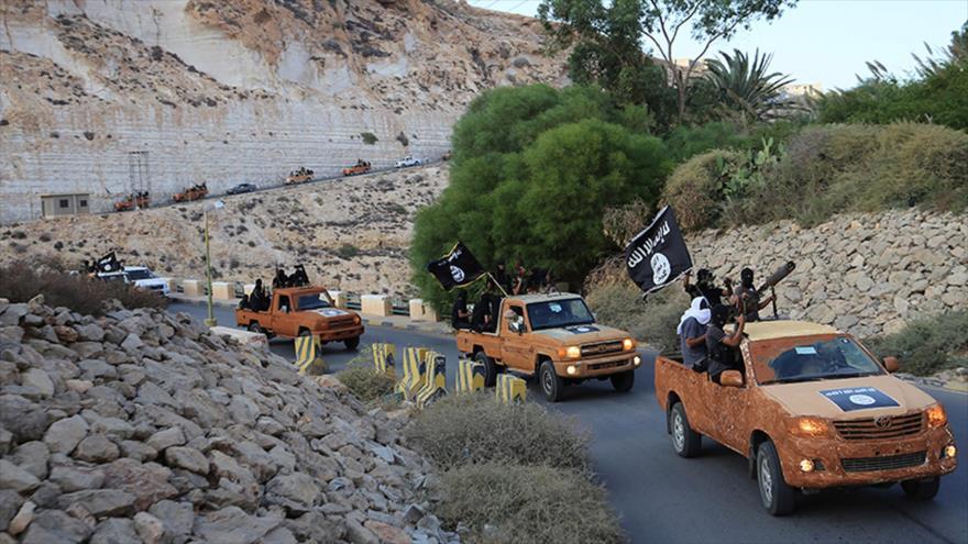 Una caravana armada de los integrantes del grupo extremista EIIL (Daesh, en árabe) avanza por una carretera en el este de Libia.