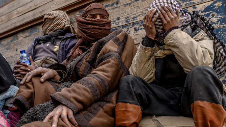 Hombres sospechosos de ser miembros de Daesh tras salir de la ciudad de Al-Baquz, provincia de Deir Ezzor, Siria, 27 de febrero de 2019. (Foto: AFP)