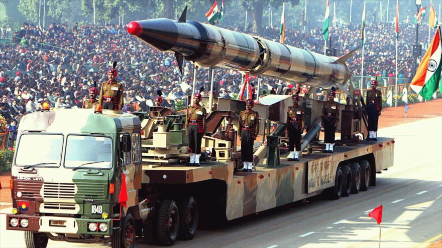 Una plataforma de lanzamiento de misil balístico estratégico Agni-II indio en un desfile militar en Nueva Delhi, capital de La India.