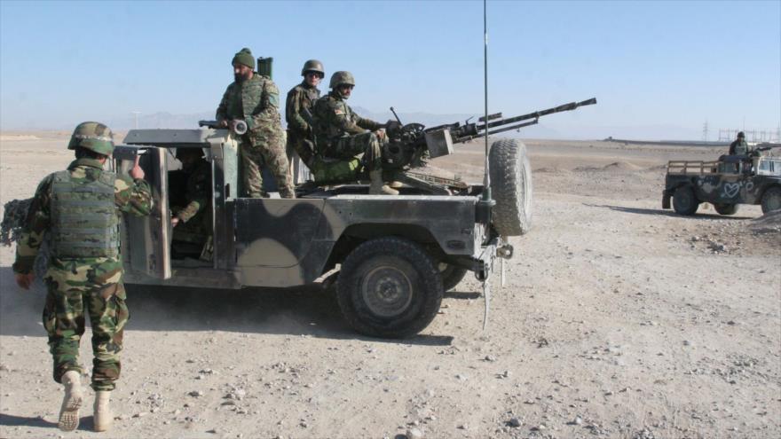 Soldados del Ejército afgano se encuentran en un punto de control en el camino hacia el distrito de Sangin en la provincia de Helmand (Afganistán).
