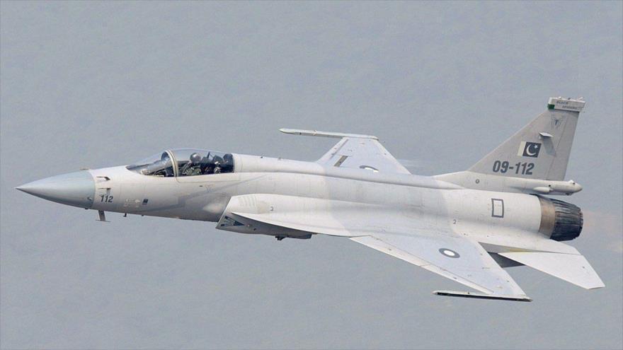 Un caza JF-17 de la Fuerza Aérea paquistaní, de fabricación china, en pleno vuelo.