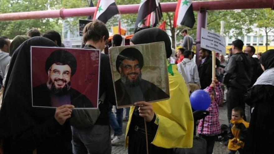 Manifestantes sostienen fotos del secretario general de Hezbolá, Hasan Nasralá, en las marchas del Día de Al-Quds en Berlín.