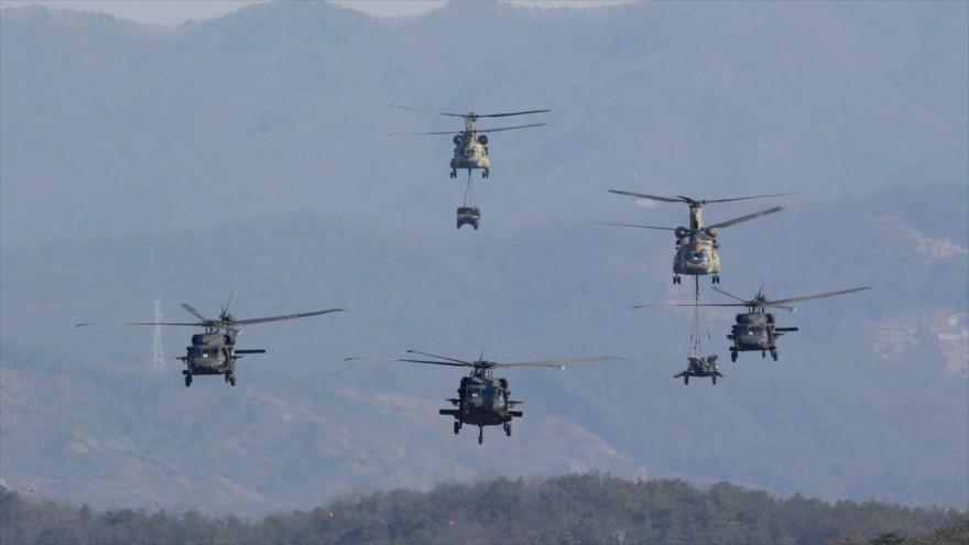 Helicópteros Black Hawk y Chinook del Ejército de EE.UU. en vuelo durante maniobras conjuntas Foal Eagle en Corea del Sur, 25 de marzo de 2015.