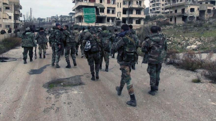 Soldados del Ejército sirio caminan por las zonas arrebatadas a los terroristas en la provincia de Latakia. (Foto: SANA)