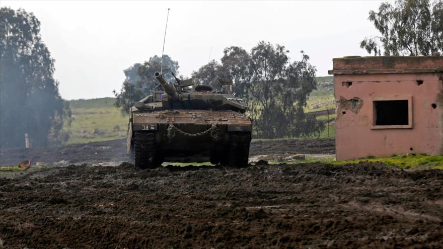 Un tanque israelí participa en un ejercicio militar en los altos del Golán, 12 de febrero de 2019. (Foto: AFP)