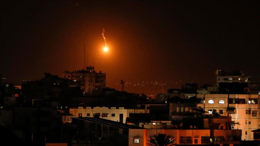 Aviones de guerra israelíes lanzan una bengala en la Franja de Gaza antes de llevar a cabo ataques, 12 de noviembre de 2018. (Fuente: AFP)