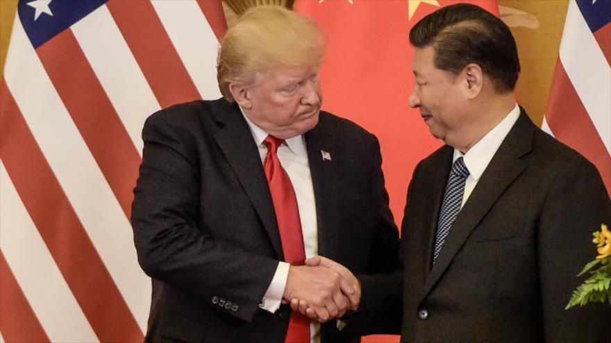 El presidente de EE.UU., Donald Trump (izq.) le da la mano a su par chino Xi Jinping, Beijing, 9 de noviembre de 2017. (Foto: AFP)