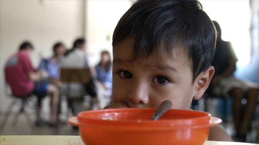 Niño en un comedor popular argentino