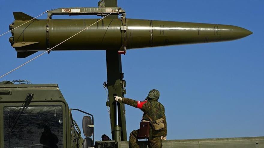 Militares rusos se preparan para lanzar un misil balístico táctico Iskander-M durante ejercicios militares.