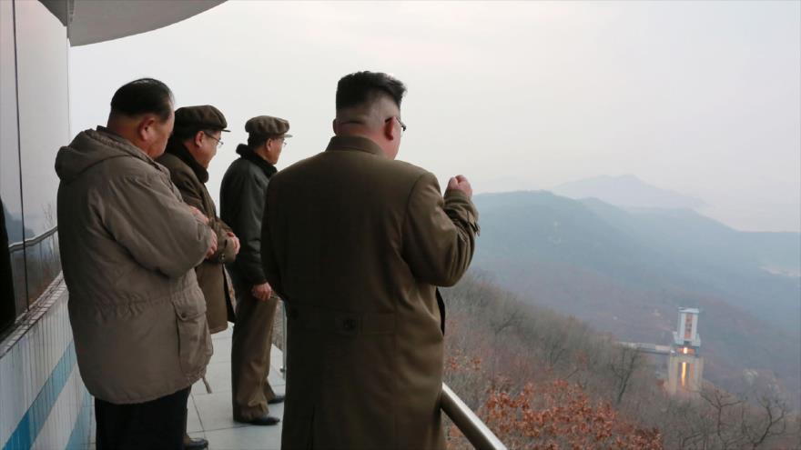 El líder norcoreano, Kim Jong-un (1º de dcha.), supervisa el supuesto lanzamiento de un misil desde un lugar indeterminado, 19 de marzo de 2017.