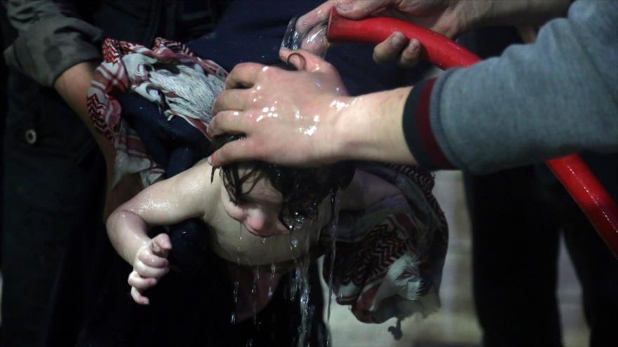 Los llamados cascos blancos utilizan a niños para escenificar un ataque químico en Duma (Siria), 7 de abril de 2018.