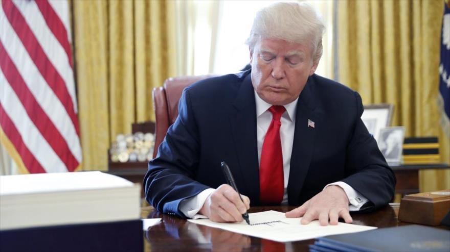 El presidente de EEUU, Donald Trump, firma el plan de revisión de impuestos en Casa Blanca.