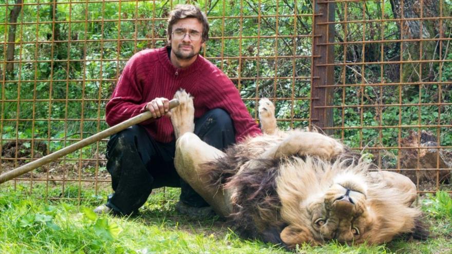 El joven checo Michal Prasek junto al león que criaba en su casa, ubicada en Zechov.
