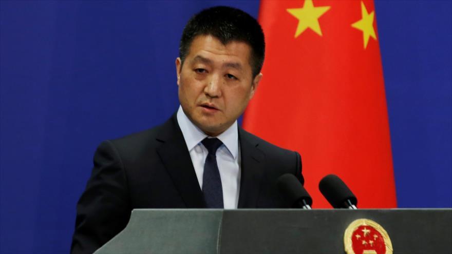El portavoz del Ministerio chino de Exteriores, Lu Kang, habla en una rueda de prensa en Pekín, la capital china.
