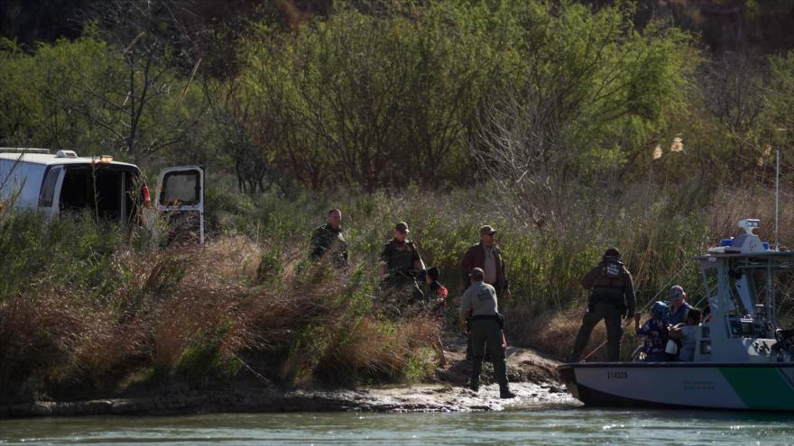 Inmigrantes centroamericanos, detenidos por agentes de la Patrulla Fronteriza de EE.UU. en Texas, 17 de febrero de 2019. (Foto: AFP)