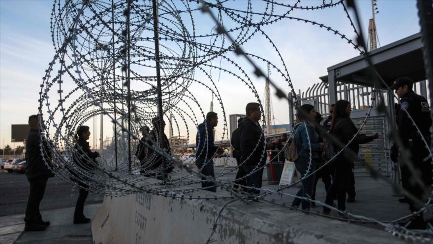 Los oficiales les piden a los viajeros sus visas en el puerto de Entrada de San Ysidro frontera de México y EE.UU., 19 de noviembre de 2018. (Foto: AFP)