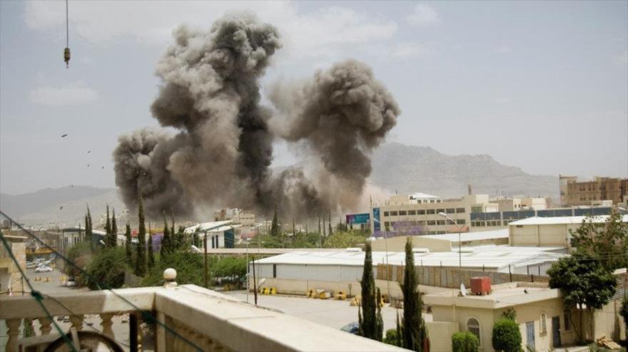 Columna de humo producida tras un ataque aéreo saudí contra una zona residencial en Saná, capital de Yemen.