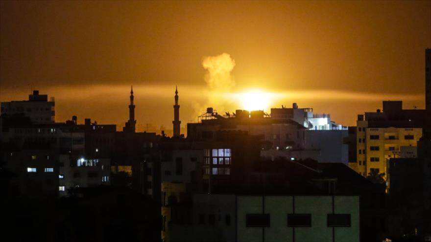 Una columna de humo resultante de un ataque aéreo israelí contra la Franja de Gaza, 2 de junio de 2018. (Foto: AFP)