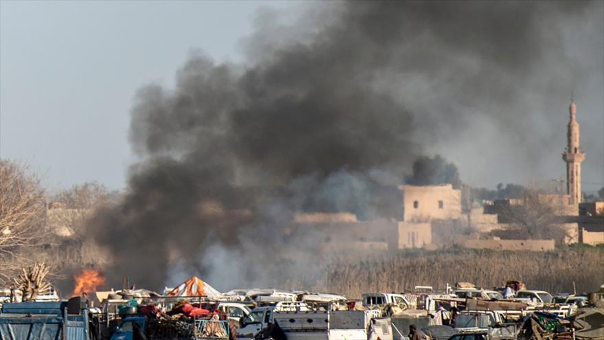 Sale humo de un campamento provisional de terroristas del EIIL (Daesh, en árabe) en Deir Ezzor, este de Siria, 9 de marzo de 2019. (Foto: AFP)