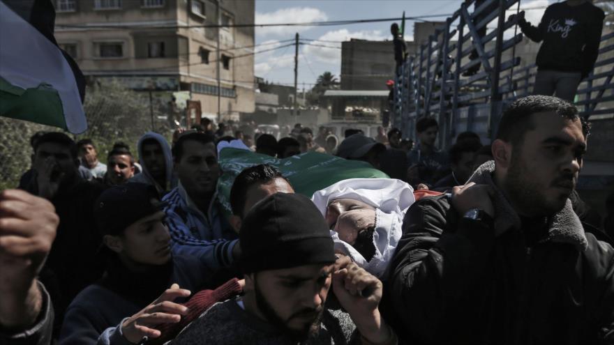 Los gazatíes llevan el cuerpo de un joven asesinado por los soldados israelíes en las Marchas del Retorno, 7 de marzo de 2019. (Foto: AFP)