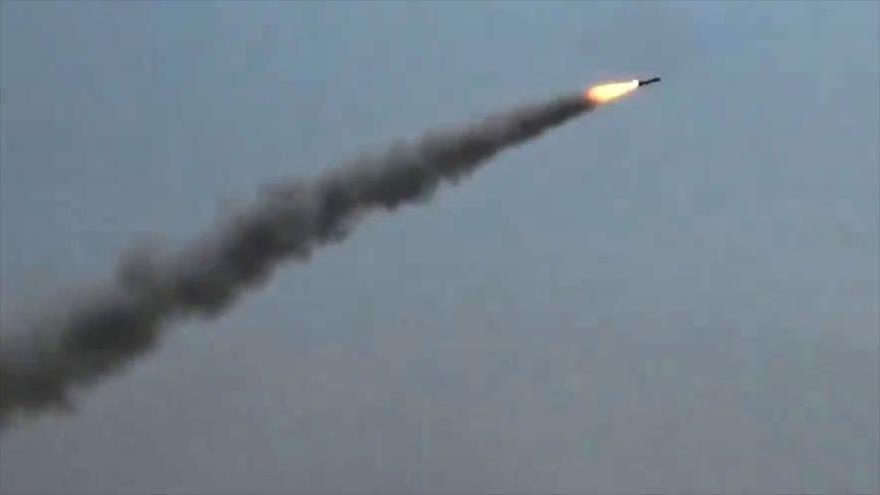 El momento del lanzamiento de un misil yemení tipo Zelzal-1 contra posiciones de mercenarios saudíes.