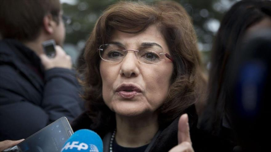 Buzaina Shaaban,asesora del presidente sirio, Bashar al-Asad, habla con la prensa.