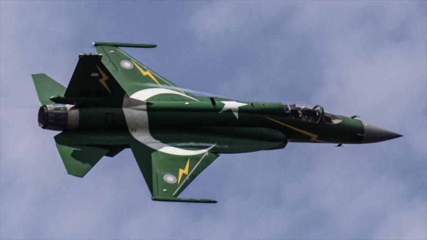 Un caza JF-17 de la Fuerza Aérea paquistaní en pleno vuelo.
