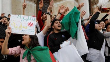 Presidente argelino regresa al país en medio de fuertes protestas