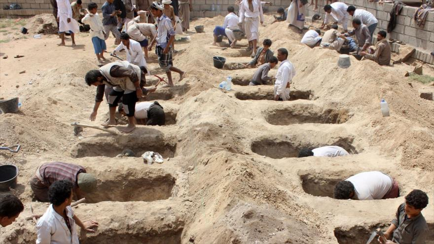 Yemeníes cavan tumbas para niños muertos durante un ataque de Arabia Saudí en la provincia de Saada, 10 de agosto de 2018. (Foto: AFP)