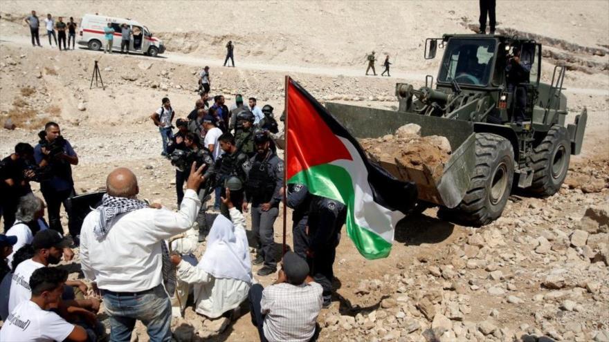 Palestinos protestan contra la demolición de viviendas por soldados israelíes en la aldea cisjordana de Jan al-Ahmar, 14 de septiembre de 2018.