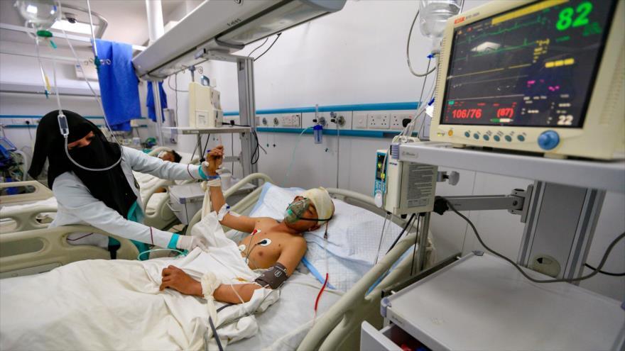 Un niño yemení recibe tratamiento en Sana (la capital) por heridas sufridas durante un ataque aéreo contra Hajjah, 11 de marzo de 2019. (Foto: AFP)