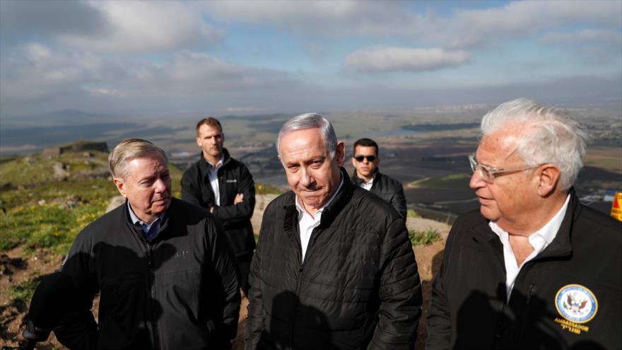 Desde la izda: Lindsey Graham, Benjamín Netanyahu y David Friedman, en los ocupados altos del Golán, en el sur de Siria, 11 de marzo de 2019. (Foto: AFP)