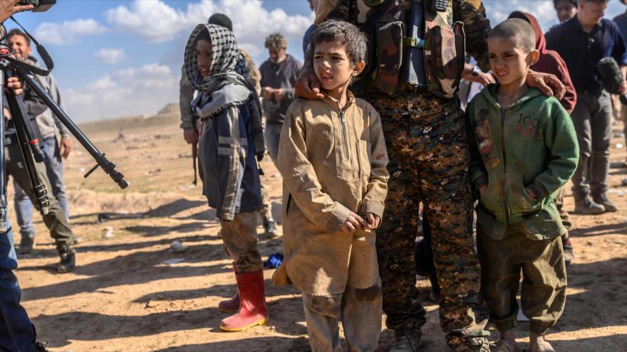 Niños sirios, liberados de las garras de Daesh, son evacuados de la localidad de Al-Baghouz, en Deir Ezzor, 6 marzo de 2019. (Foto: AFP)