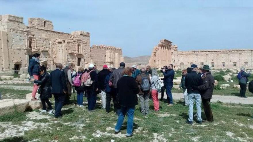 Turistas europeos visitan la ciudad histórica de Palmira, en el centro de Siria, 10 de marzo de 2019. (Foto: SANA)