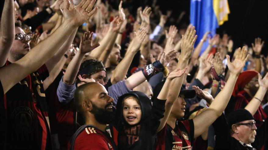Hinchas de Atlanta United levantan sus brazos en el partido de fútbol entre Atlanta United y Herediano en Georgia (EE.UU.), 28 de febrero de 2019. (Foto: AFP)