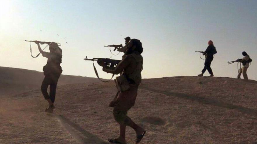 Terroristas de Daesh disparan contra militares sirios en Al-Raqa, norte de Siria.