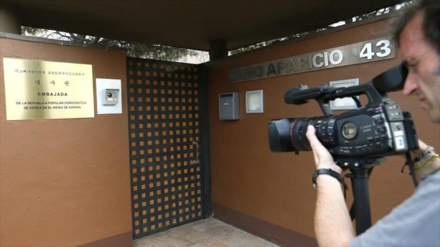 Un hombre saca fotos de la entrada de la embajada de Corea del Norte en Madrid, España.
