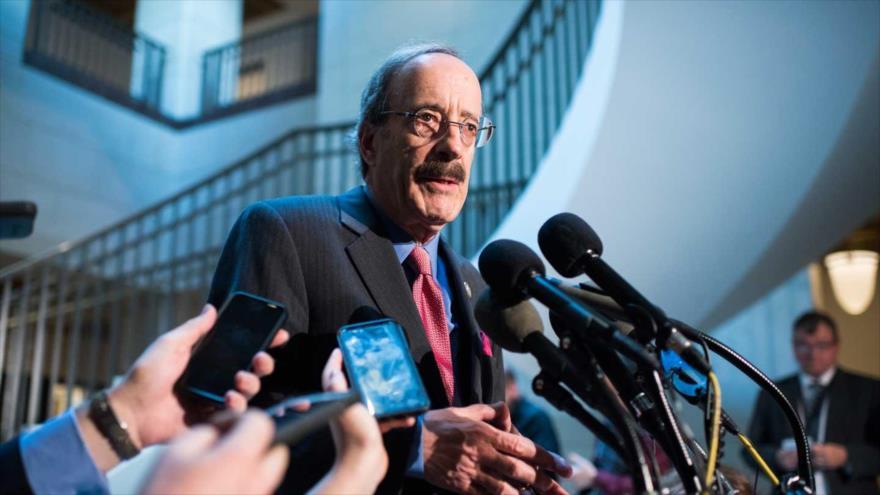 El presidente del Comité de Relaciones Exteriores de la Cámara de Representantes de EE.UU., Eliot Engel, habla con periodistas.