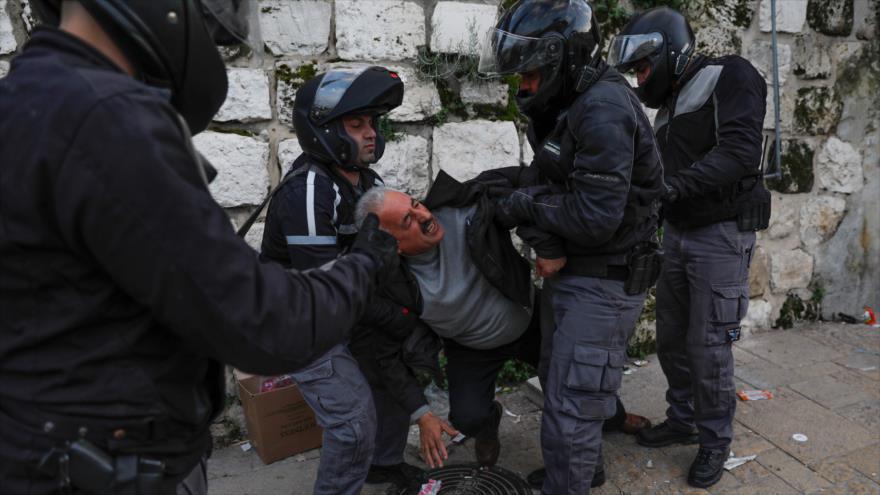 Fuerzas israelíes detienen a un palestino en las afueras de la Ciudad Vieja de Al-Quds (Jeruslaén), 12 de marzo de 2019. (Foto: AFP)