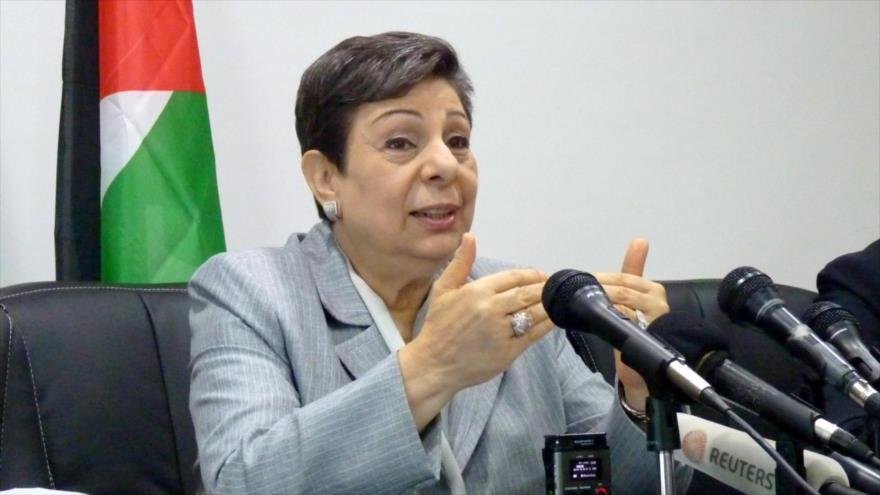 Hanan Ashrawi, miembro del comité ejecutivo de la Organización para la Liberación de Palestina (OLP) habla en una rueda de prensa.