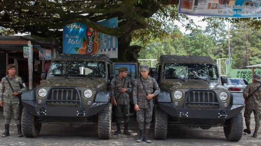 Jeep J8 donado por EE.UU. y personal militar de Guatemala están presentes cerca del cruce fronterizo de Agua Caliente con Honduras, 22 de octubre de 2018.