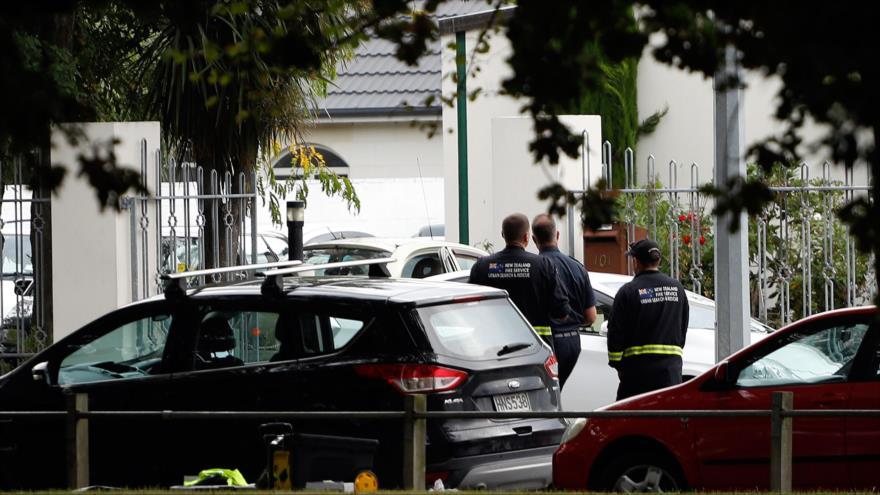 Agentes de seguridad caminan fuera de la mezquita que fue objeto de un ataque terrorista en Christchurch, Nueva Zelanda, 15 de marzo de 2019. (Foto: AFP)
