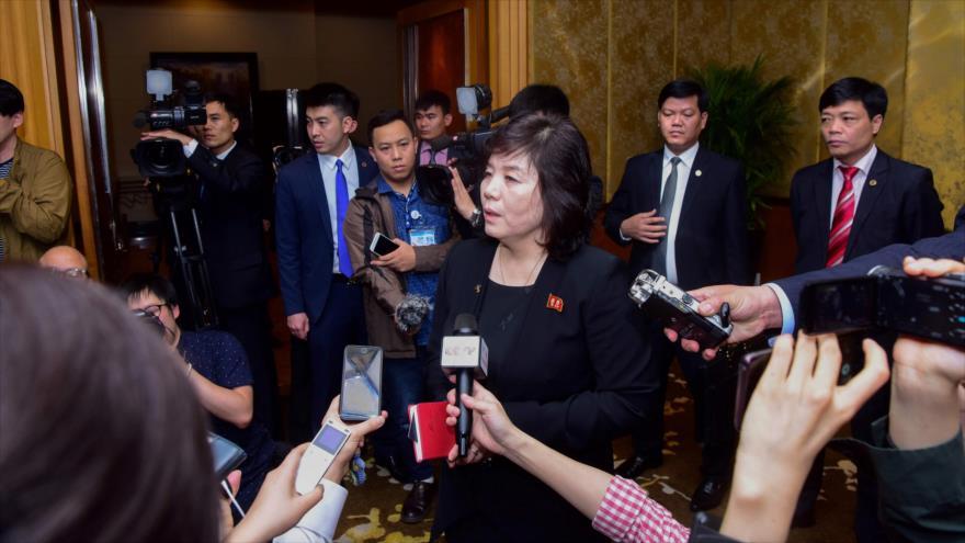 La viceministra norcoreana de Asuntos Exteriores, Choe Son-hui, habla a los medios en Hanói, Vietnam, 1 de marzo de 2019. (Foto: AFP)