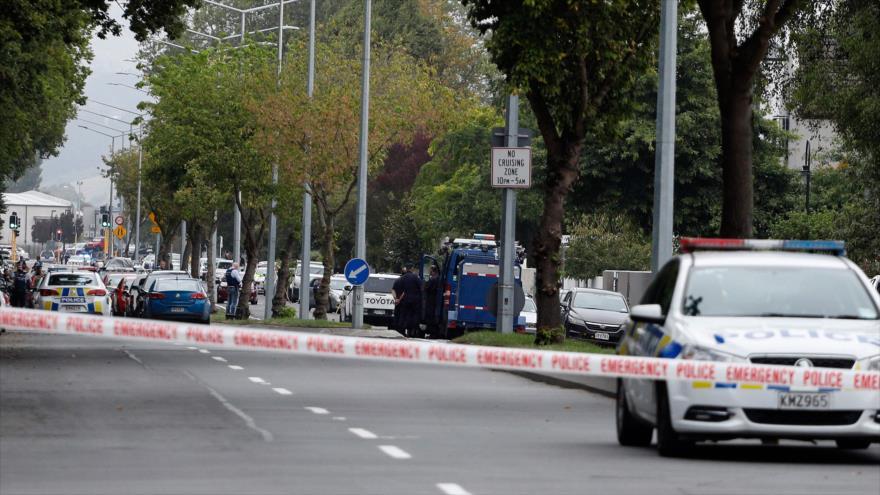 Agentes de seguridad cierran el acceso a una mezquita que fue objeto de un ataque terrorista en Nueva Zelanda, 15 de marzo de 2019. (Fuente: AFP)